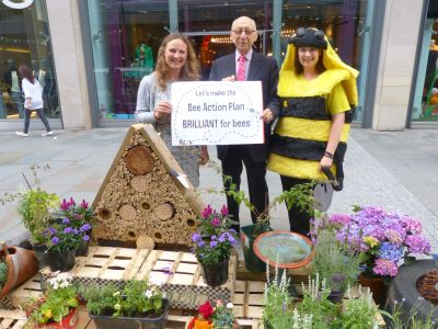 Gerald Kaufman MP supports Bee Action Plan  400